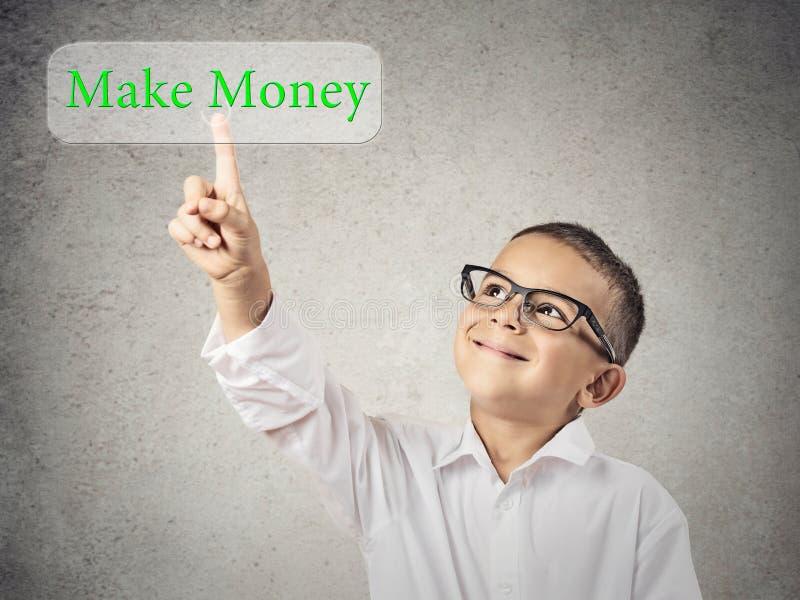 La pressatura del ragazzo del bambino fa il bottone dei soldi sullo schermo attivabile al tatto immagini stock