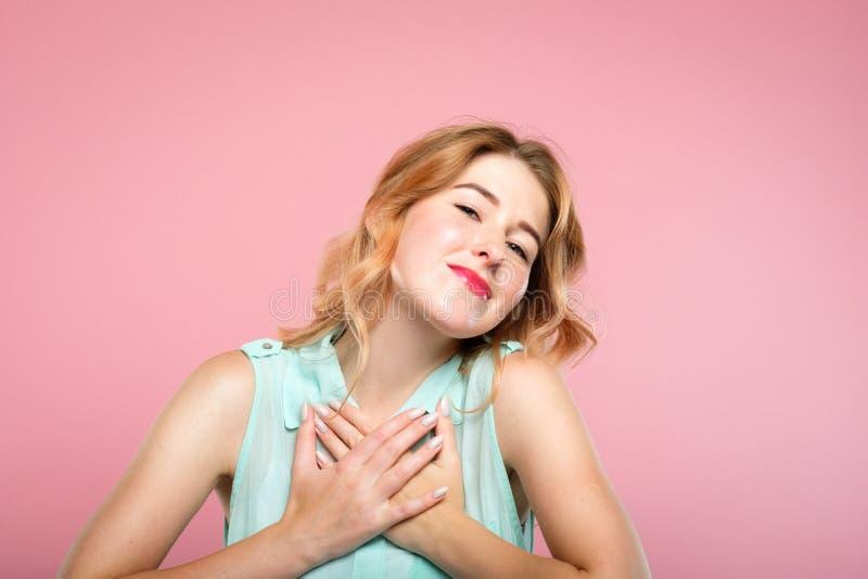 La presse tendre de fille d'émotion d'adoration remet le coeur photographie stock