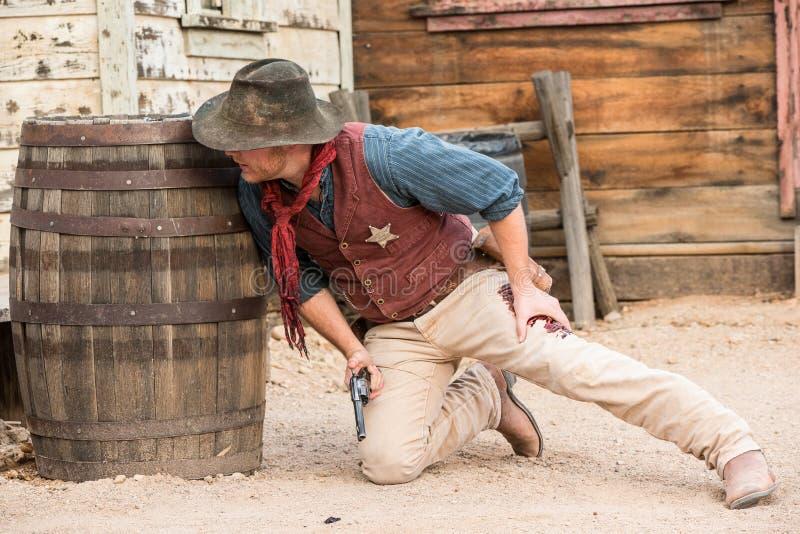 La prestazione ad ovest selvaggia dello sceriffo ha sparato in gamba in pietra tombale Arizona fotografia stock libera da diritti