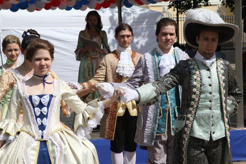 La prestazione dei promotori e dei ballerini dell'insieme di costume storico e di ballo Vilanella fotografie stock