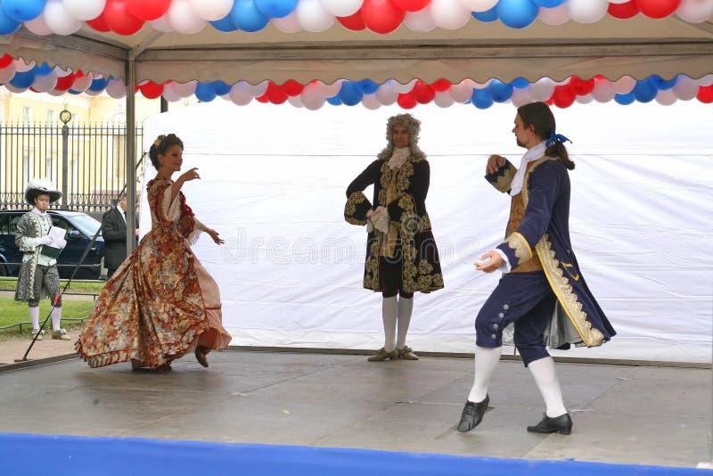 La prestazione dei promotori e dei ballerini dell'insieme di nipoti storici di Rameau di ballo e del costume fotografie stock