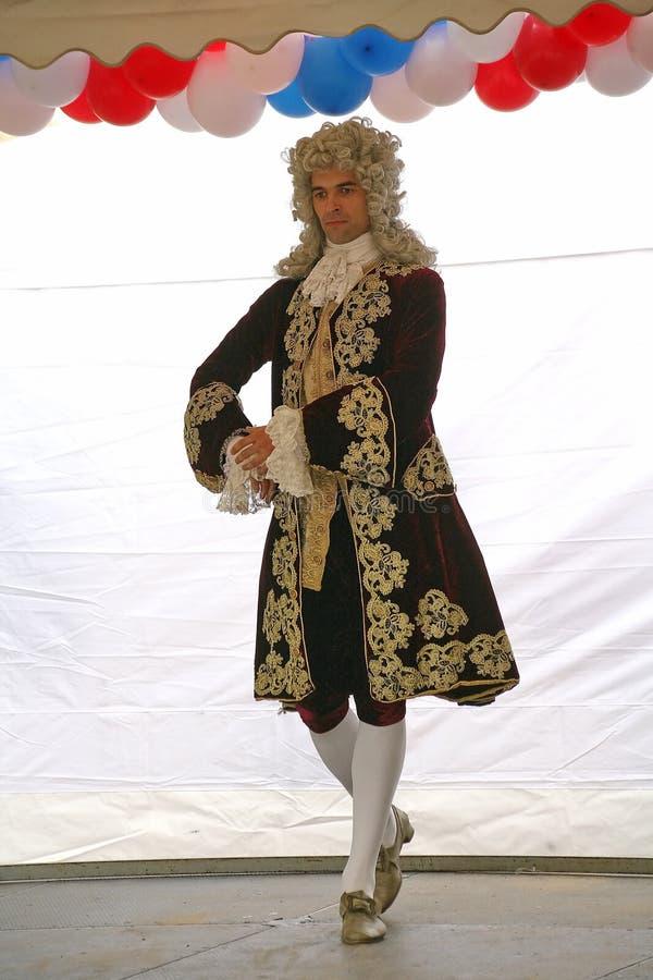 La prestazione dei promotori e dei ballerini dell'insieme di nipoti storici di Rameau di ballo e del costume immagine stock libera da diritti