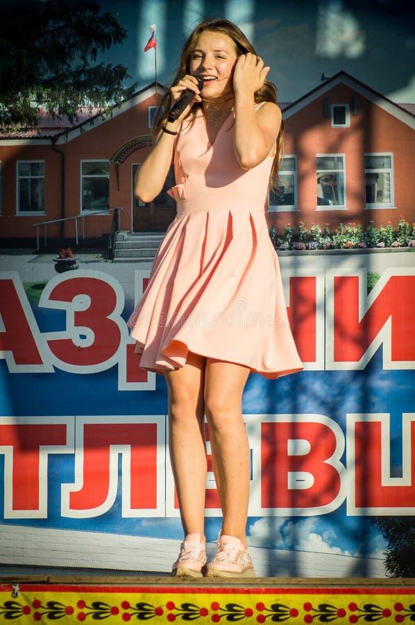 La prestazione di giovane cantante Sony Lapshakova in occasione del giorno della gioventù nella regione di Kaluga in Russia il 27 fotografia stock