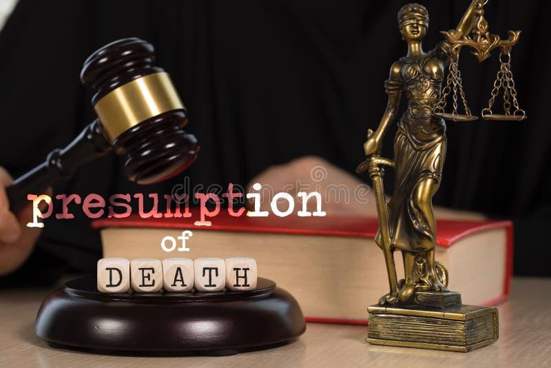 La PRESUNCIÓN de las palabras de la MUERTE integrada por de madera corta en cuadritos Mazo y estatua de madera de Themis en el fo foto de archivo