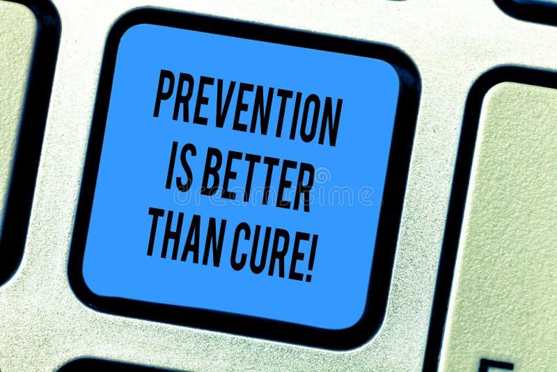 La prevención del texto de la escritura es mejor que la curación El concepto que significa siempre sea consciente de su llave de  fotos de archivo libres de regalías