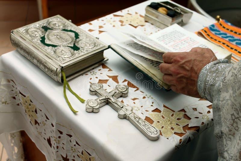 La prière du prêtre avec la bible et la croix photos libres de droits