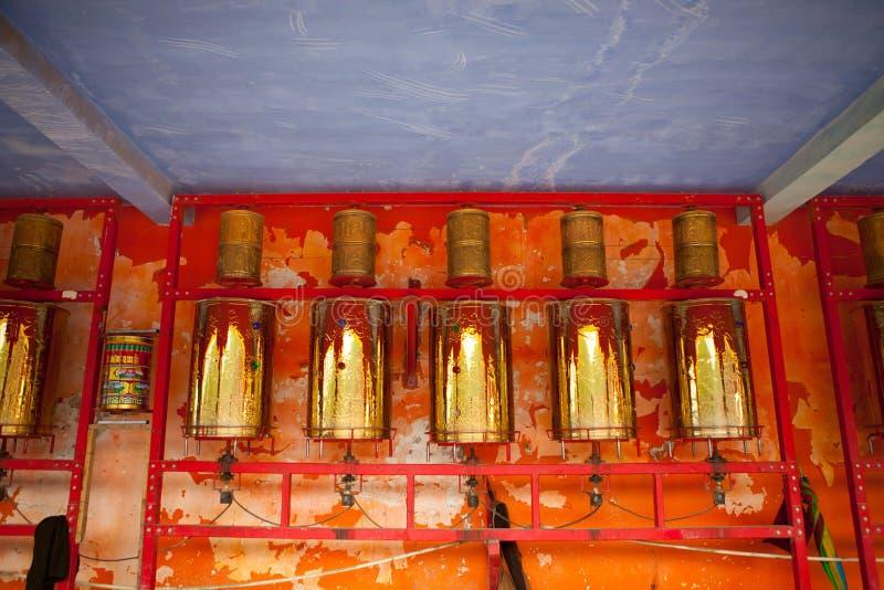 La prière roule dedans l'université buddhish de Sertar photo stock