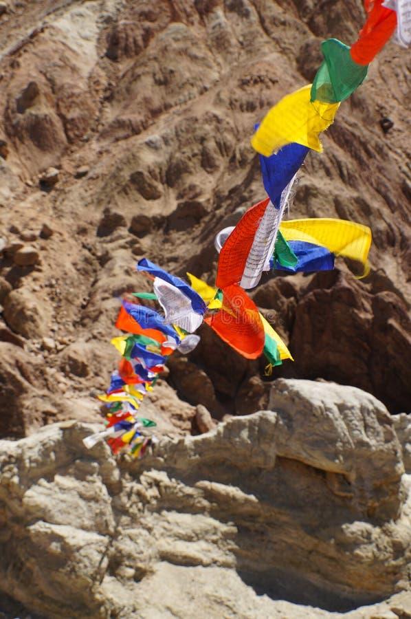 La prière tibétaine bouddhiste marque le vol chez Basgo, Ladakh, Inde photos libres de droits