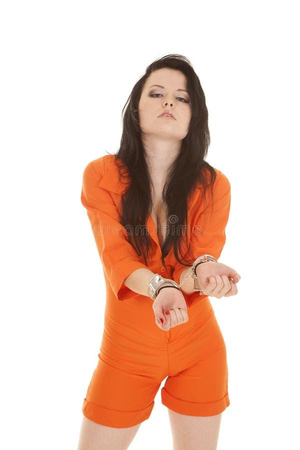 La prigione arancio della donna ammanetta le mani anteriori immagini stock libere da diritti