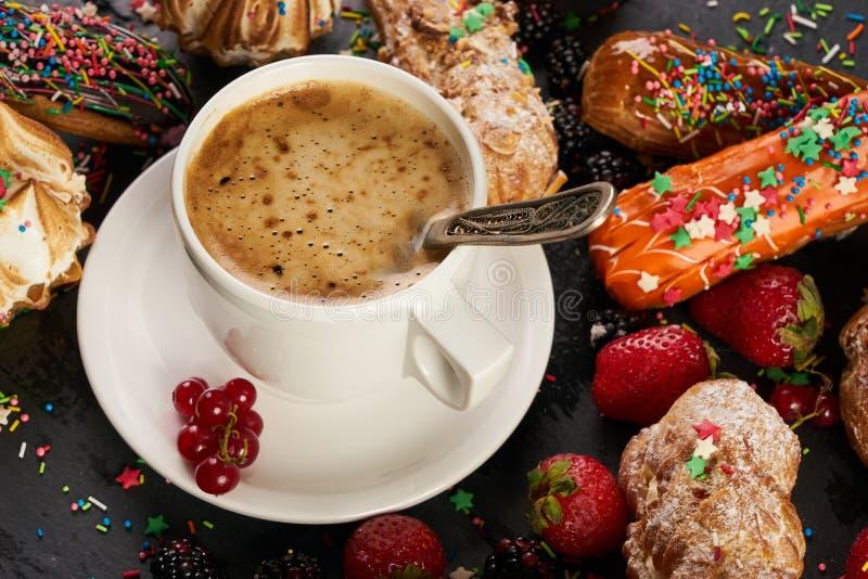 La prima colazione agglutina i eclairs francesi immagine stock libera da diritti