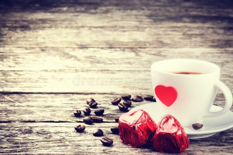 La prima colazione del biglietto di S. Valentino della st con caffè e cioccolato fotografia stock