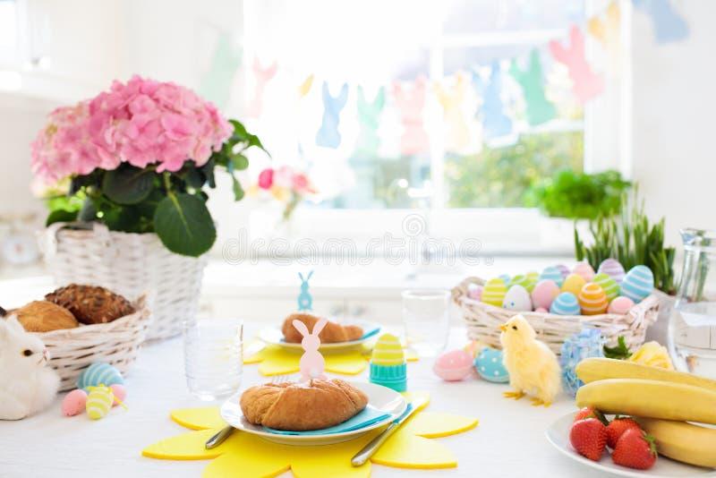 La prima colazione di mattina di Pasqua Eggs la regolazione della tavola della decorazione fotografia stock libera da diritti