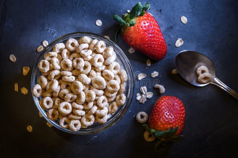 La prima colazione ha composto di cereale asciutto con le fragole rosse immagini stock libere da diritti