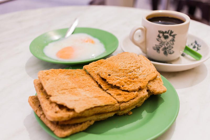 La prima colazione tradizionale di Singapore ha chiamato Kaya Toast, pane croccante immagini stock