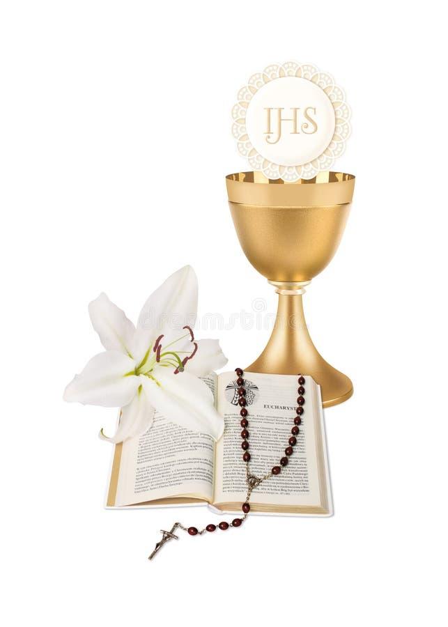 La prima comunione santa, un'illustrazione con una tazza, un'ostia, un giglio, una bibbia e un rosario fotografie stock