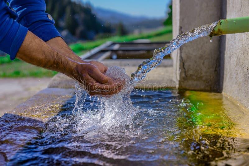 La prima fonte è l'acqua pura e pulita, potabile fotografia stock libera da diritti