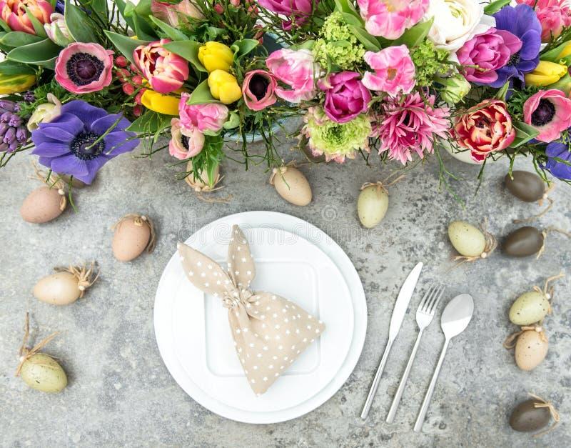 La primavera colorida de la decoración de la tabla florece los huevos de Pascua imagen de archivo libre de regalías