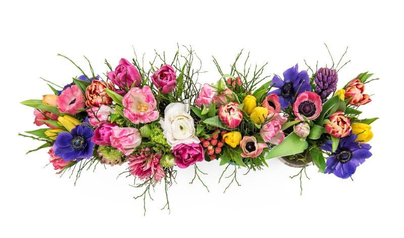 La primavera del ramo florece la opinión superior aislada del fondo blanco imagenes de archivo