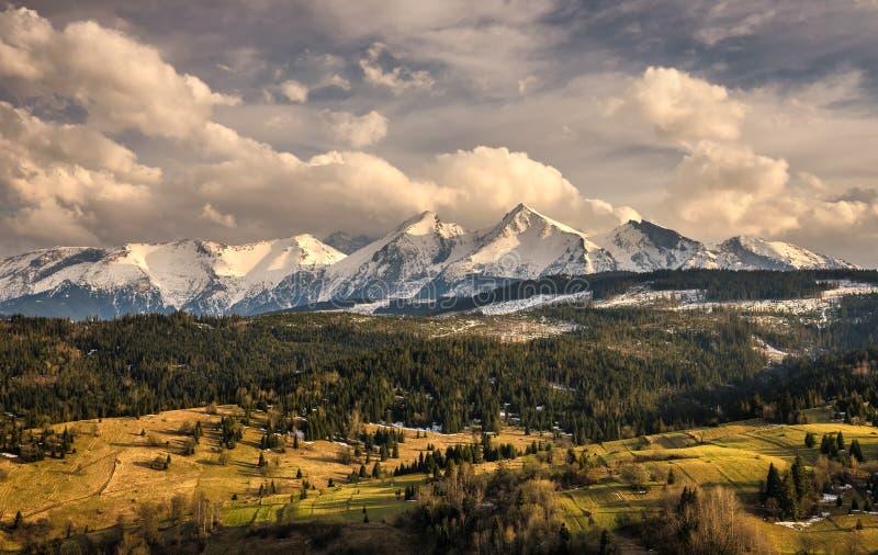 La primavera viene a las altas montañas nevosas del tatra en Polonia fotos de archivo libres de regalías