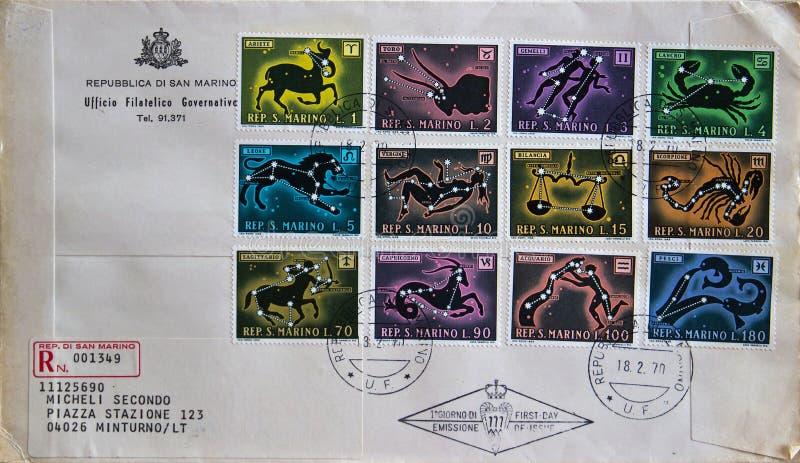 La primera cubierta del día de una serie de San Marino (Italia) de sellos que representan el zodiaco firma imagen de archivo libre de regalías