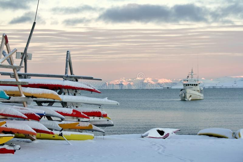 Comienzo de la nieve en el ártico imágenes de archivo libres de regalías