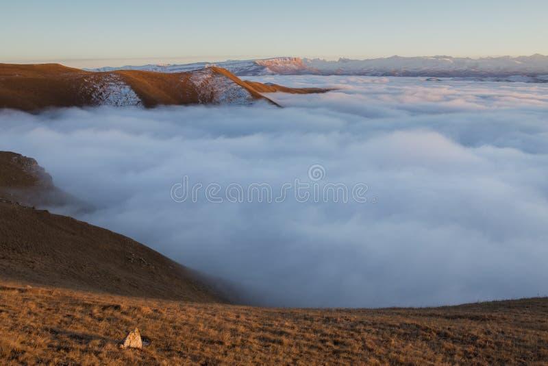La primera nieve en último otoño en las montañas del Cáucaso imagen de archivo libre de regalías