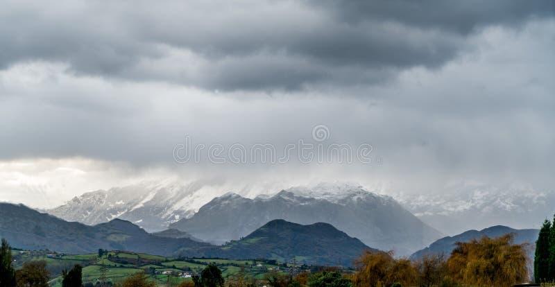 La primera nieve en las montañas fotos de archivo