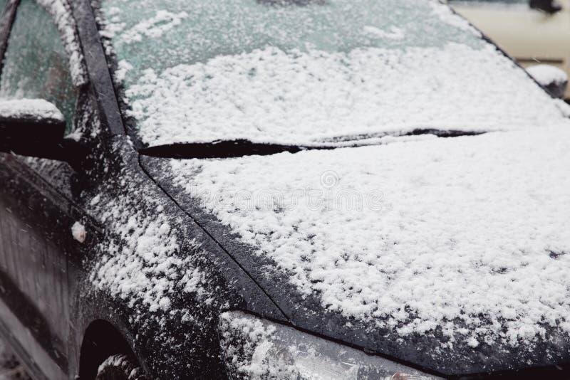 La primera nieve miente en las máquinas fotografía de archivo libre de regalías