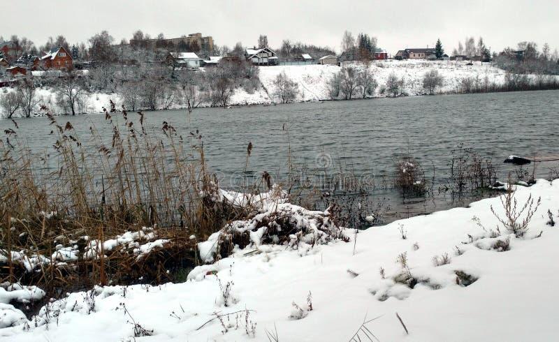 La primera nieve y agua en Venev fotografía de archivo