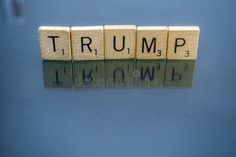 La primera segunda letra del Scrabble de la enmienda teja el triunfo fotografía de archivo