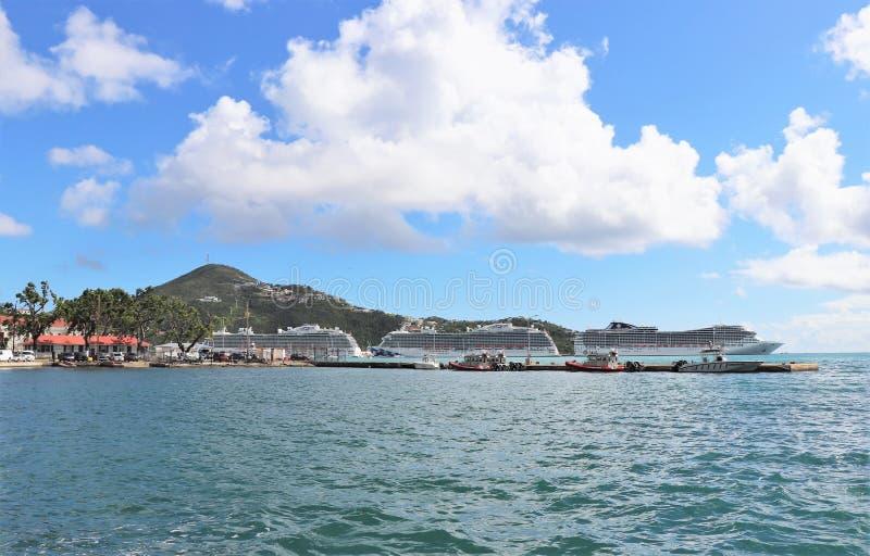 La princesa y el MSC envía en St Thomas, islas de Virgen de los E.E.U.U. 12/13/17 - los barcos de cruceros atracados en St Thomas imagen de archivo