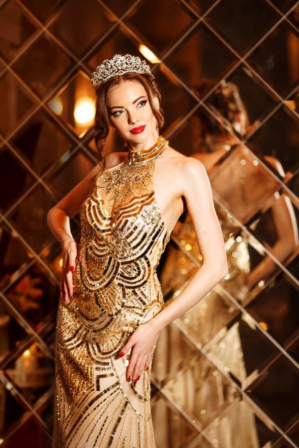 La princesse de reine de femme dans la couronne et la robe de lux, lumières font la fête le backgr photo stock