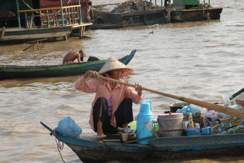 La prise d'un canoë fait partie de vie quotidienne sur la sève de Tonle photo stock