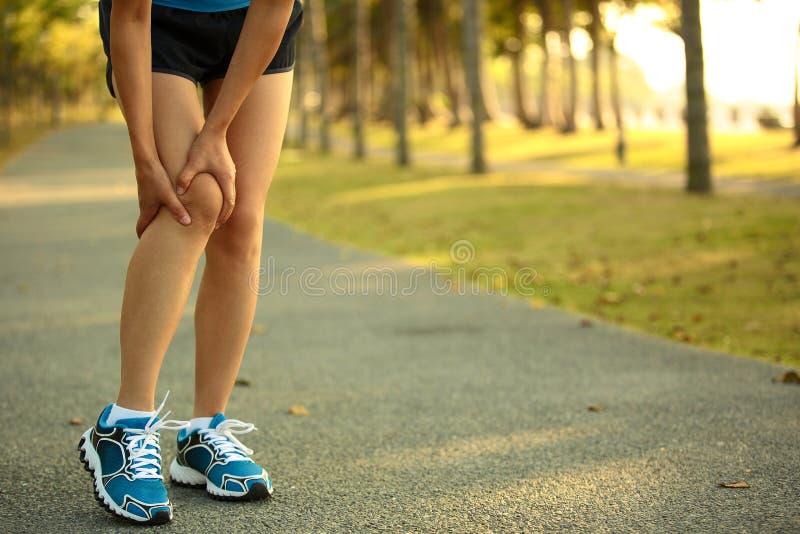 La prise de coureur de femme ses sports a blessé le genou photographie stock libre de droits
