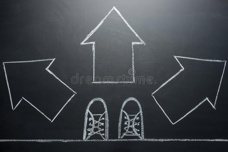 La prise des décisions pour le futur homme se tenant avec trois choix de flèche de direction, gauche, droit ou avancent images stock