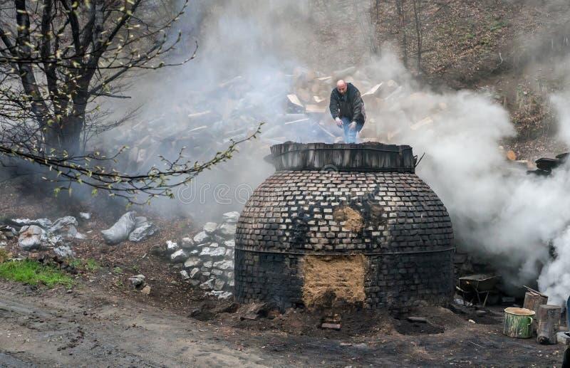 La producción de carbón de leña de una manera tradicional en el bosque foto de archivo libre de regalías