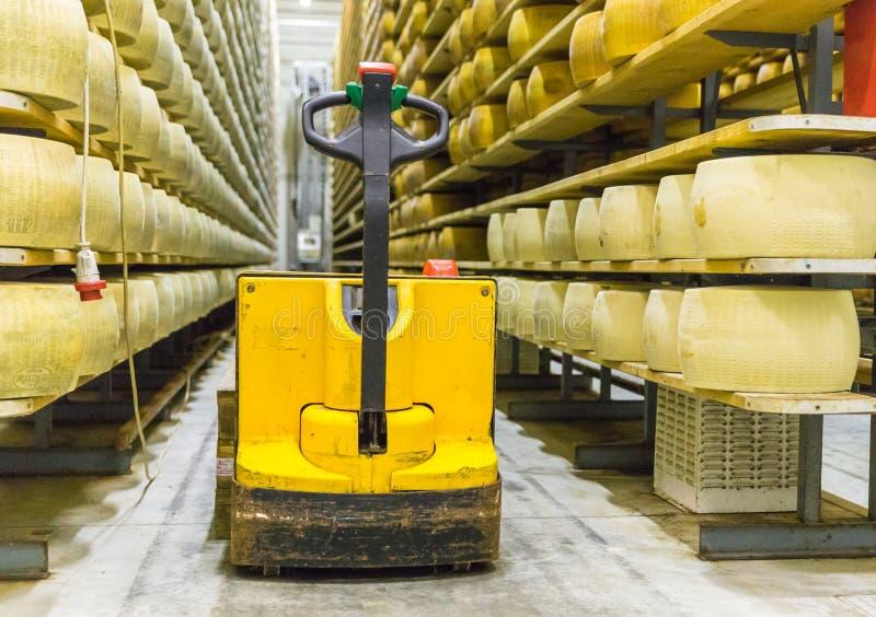 La producción de la quesería del parmesano deja de lado con el queso i del envejecimiento imagenes de archivo