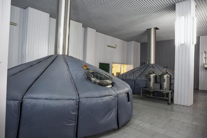 La production de brassage, cuves de mâche à l'usine moderne de bière, fermentation industrielle échoue photos stock
