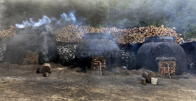La produzione di carbone in un modo tradizionale fotografie stock