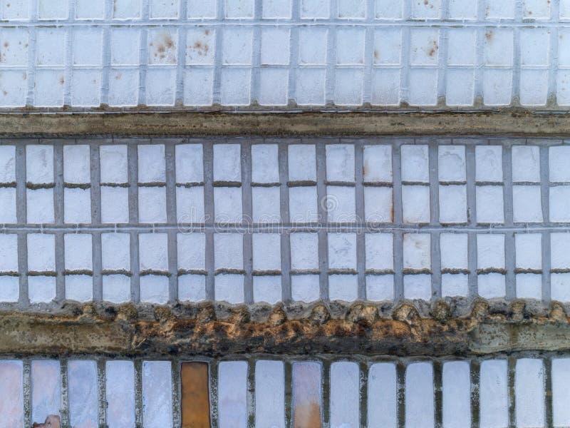 La produzione di sale filtra la vista verticale aerea, nelle zone umide di Ria Formosa Algarve fotografie stock