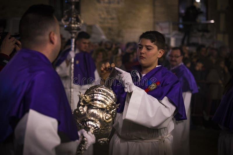 La profesión tradicional de órdenes católicas religiosas durante la semana santa del curso de pecadores a lo largo de las calles  imagen de archivo