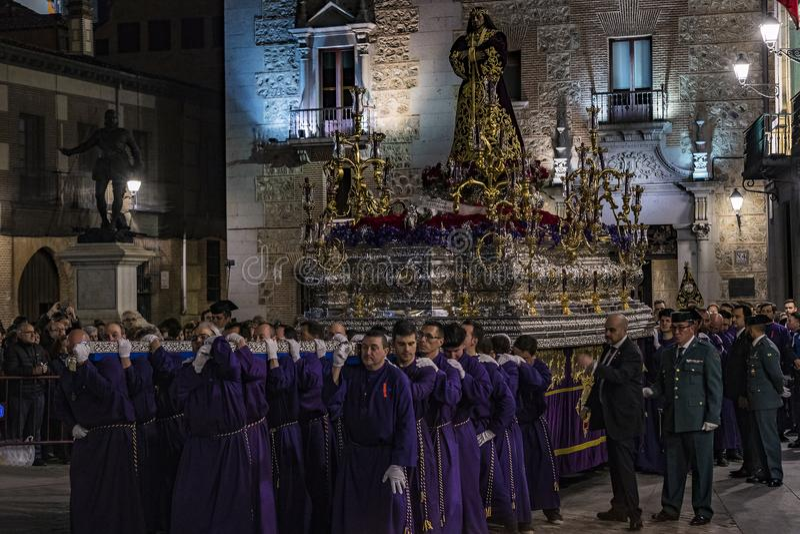 La profesión tradicional de órdenes católicas religiosas durante la semana santa del curso de pecadores a lo largo de las calles  fotografía de archivo