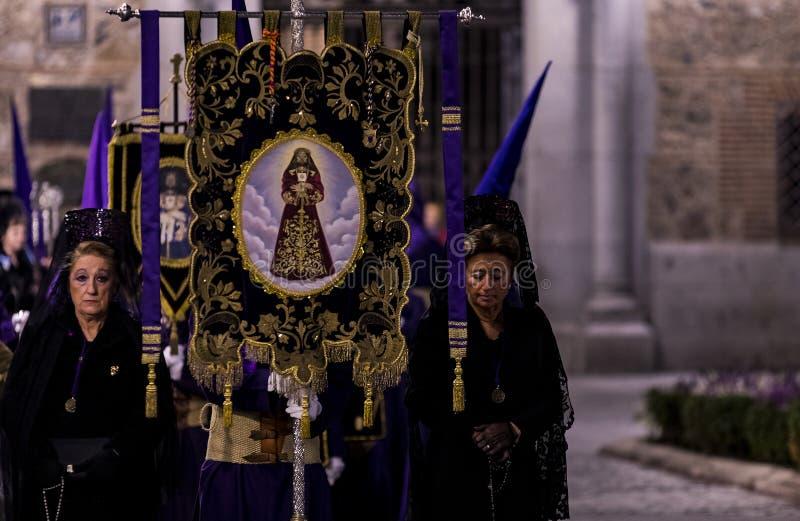 La profesión tradicional de órdenes católicas religiosas durante la semana santa del curso de pecadores a lo largo de las calles  fotografía de archivo libre de regalías