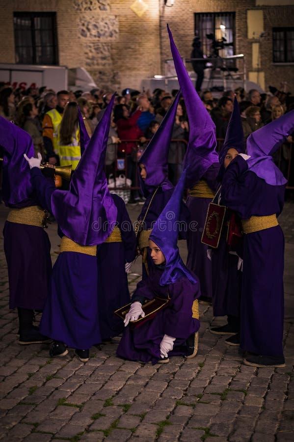 La profesión tradicional de órdenes católicas religiosas durante la semana santa del curso de pecadores a lo largo de las calles  fotos de archivo