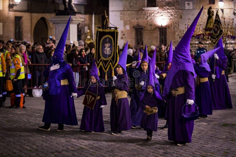 La profesión tradicional de órdenes católicas religiosas durante la semana santa del curso de pecadores a lo largo de las calles  imagen de archivo libre de regalías