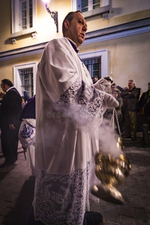 La profesión tradicional de órdenes católicas religiosas durante la semana santa del curso de pecadores a lo largo de las calles  foto de archivo