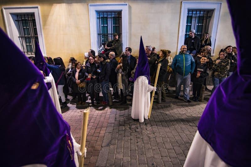 La profesión tradicional de órdenes católicas religiosas durante la semana santa del curso de pecadores a lo largo de las calles  imagenes de archivo