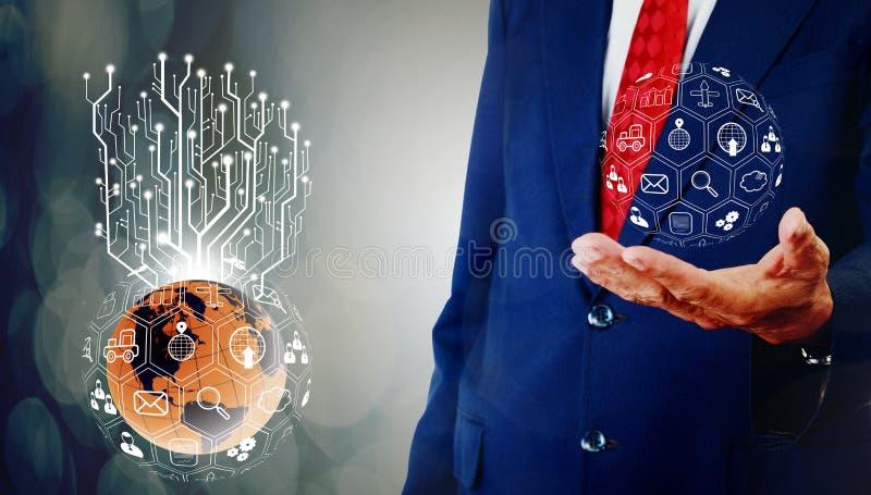 La programación del hombre de negocios y el control a mano y el árbol digital crecen fotos de archivo