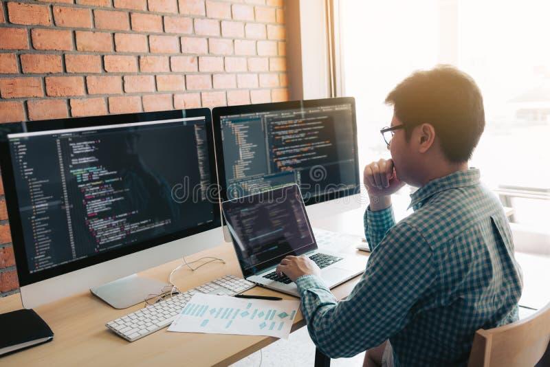 La programación que se convierte y la codificación de la tecnología que trabaja en un software desarrollan la oficina de la compa foto de archivo libre de regalías