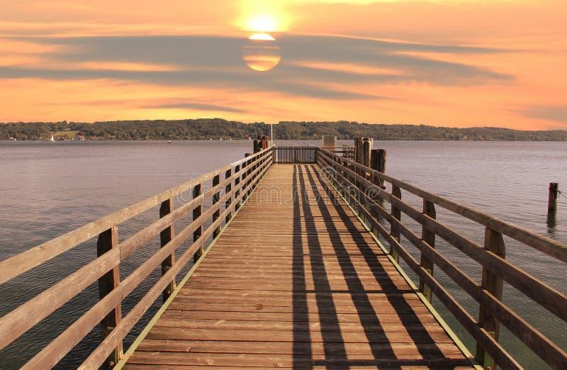 La promenade au starnberger voient, humeur de coucher du soleil images libres de droits